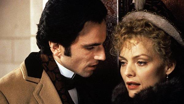 still-of-michelle-pfeiffer-and-daniel-day-lewis-in-the-age-of-innocence-199