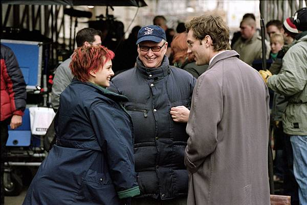 jude-law-natalie-portman-and-mike-nichols-in-closer-2004