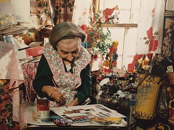 maud-lewis-works-on-a-painting-in-her-home