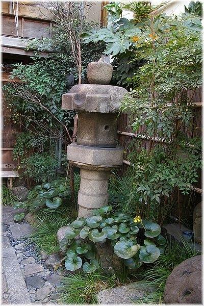 水野監物邸石灯籠(東京都指定文化財).jpg