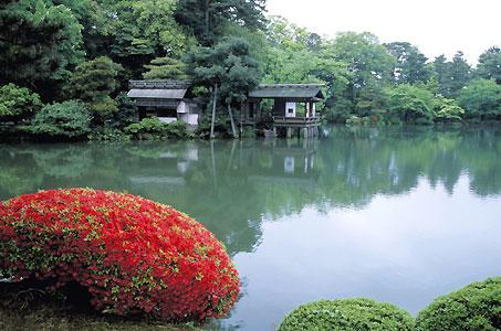 霞ヶ池と内橋亭.jpg