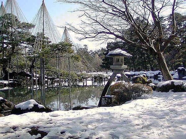 冬:徽軫灯籠と霞ヶ池.jpg
