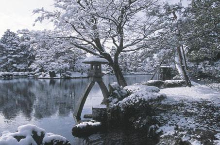 霞ヶ池と徽軫灯籠.jpg