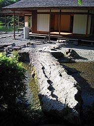 遣水にかかる自然石の石橋.jpg