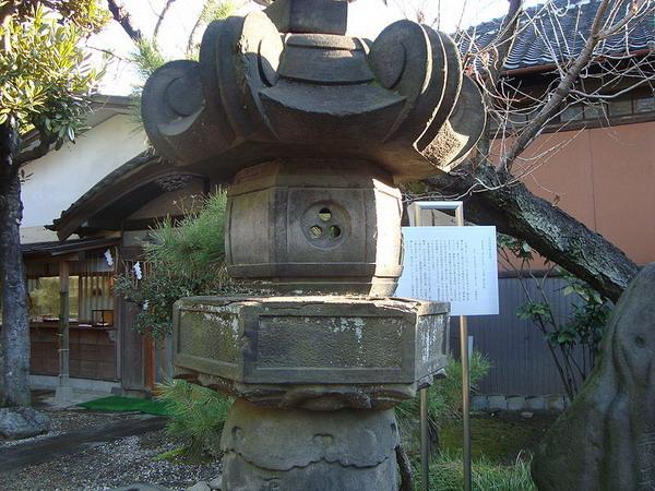 三囲神社(東京都墨田区)三つ穴灯篭∴.jpg