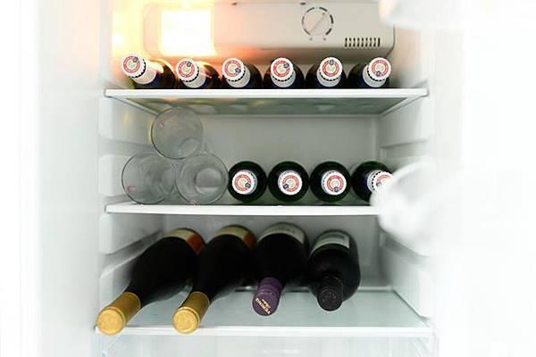 冰箱中玻璃杯