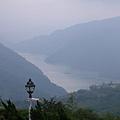 從五里坡可以俯瞰美麗的水庫和山景