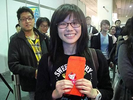 現場獲得特殊護身符的讀者.JPG