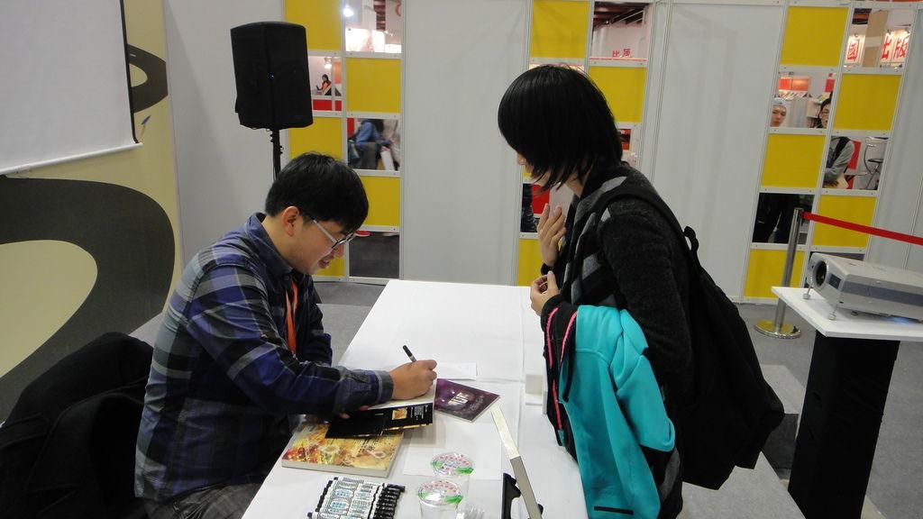 Div現場為讀者簽名.JPG