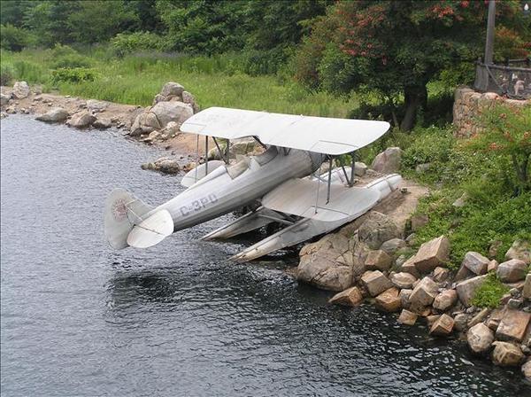 在河邊的小飛機
