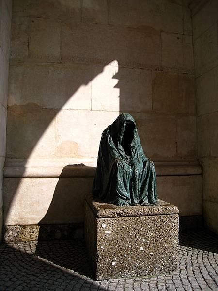 怪嚇人的銅像