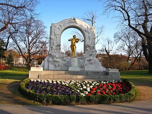 隱身在市立公園的小約翰史特勞斯雕像