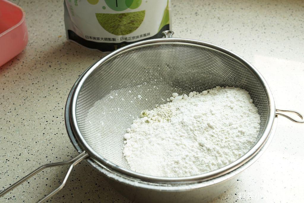 T世家抹茶粉與低筋麵粉過篩