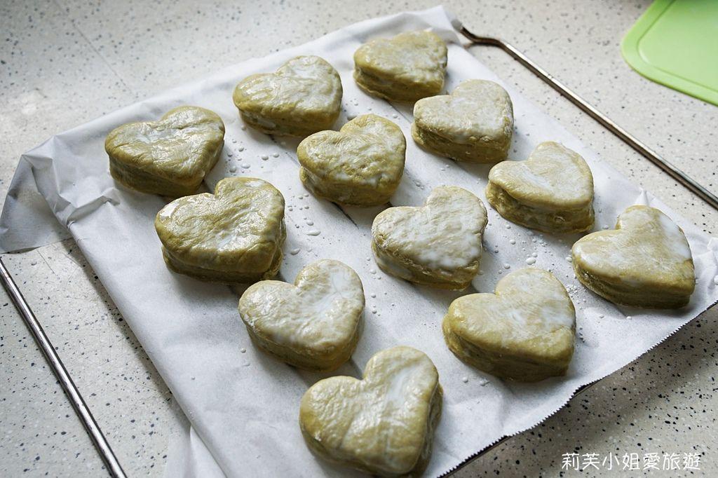 模型分切T世家抹茶粉製成的麵團