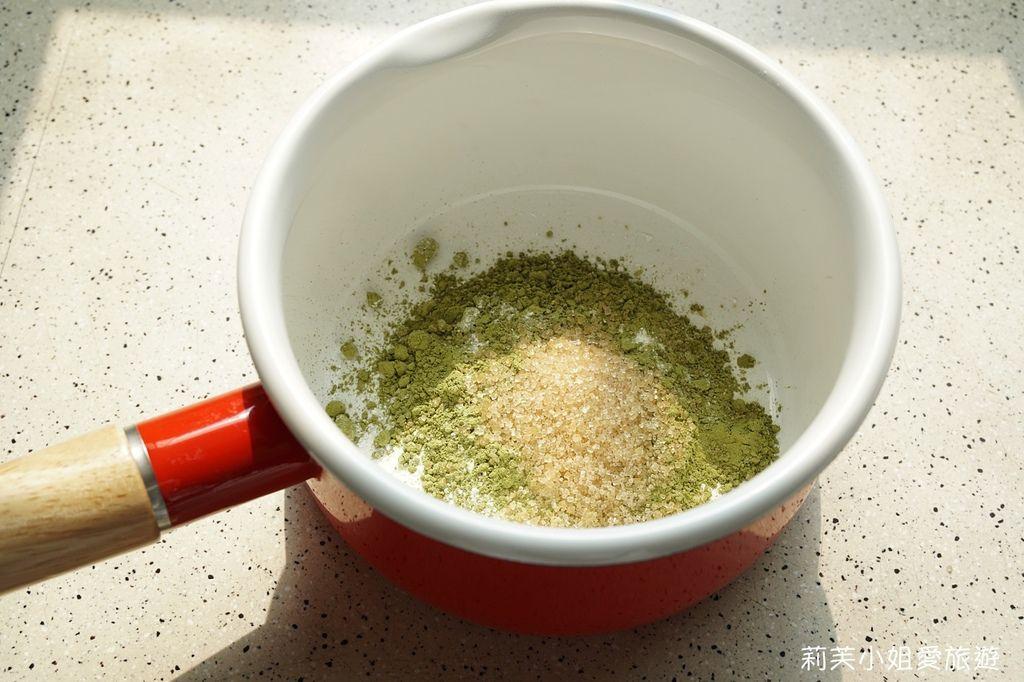 於鍋內混和水、桔揚T世家抹茶粉和糖