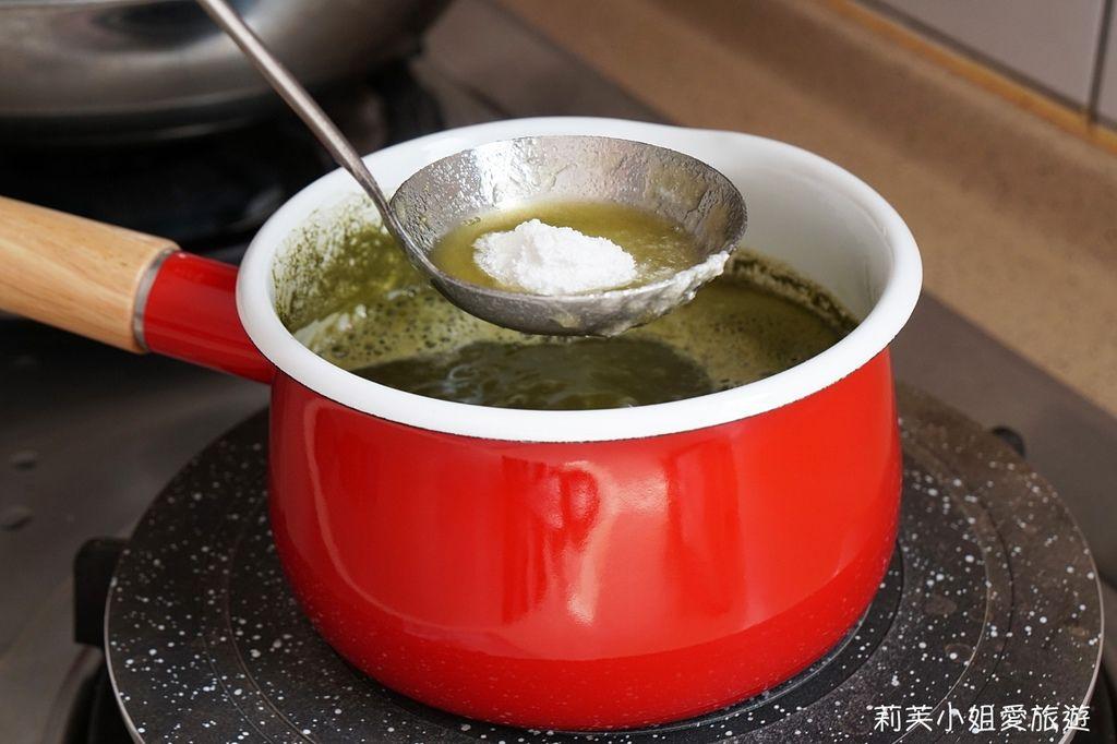 將蒟蒻粉放入桔揚T世家抹茶粉與其他原料的鍋子中