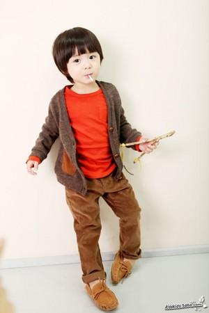 韓國超萌童星 : 表情特多,看來有些調皮的Leo