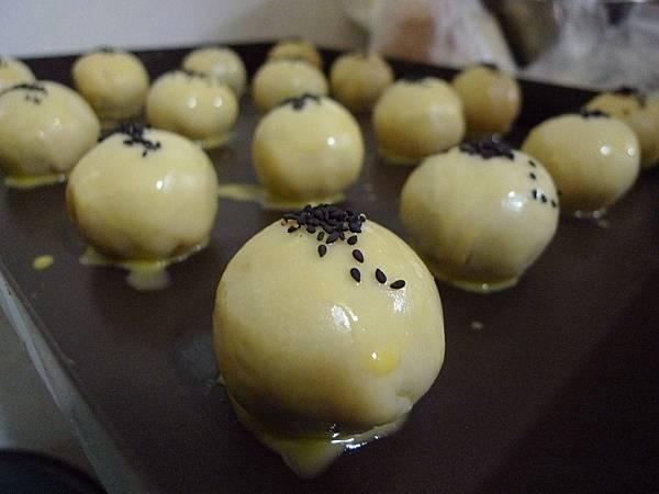 蛋黃酥烘烤前