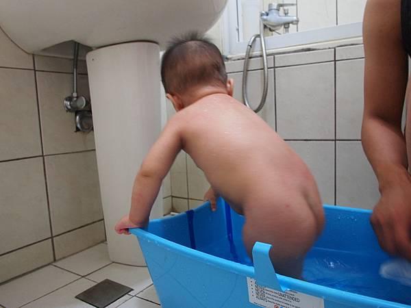 30.洗個澡也很忙.JPG
