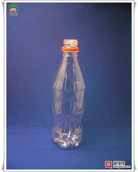 用可樂瓶、礦泉水瓶等塑料瓶做的美麗花瓶2.