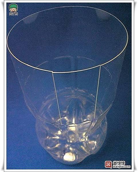 用可樂瓶、礦泉水瓶等塑料瓶做的美麗花瓶5.
