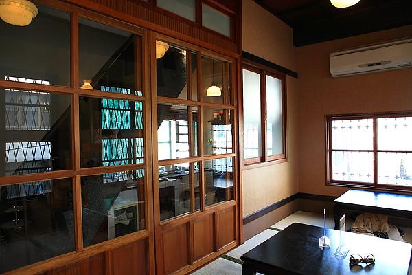 二樓店內座位,木拉門後是廚房.JPG