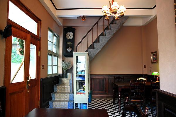 一樓店內座位及樓梯.JPG