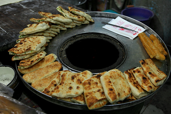 烤好放在爐周邊的燒餅.JPG