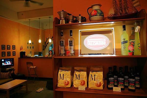 店內櫃子,義大利來的Mulino BLanco國民品牌餅乾及CIRIO extra virgin處女橄欖油.JPG