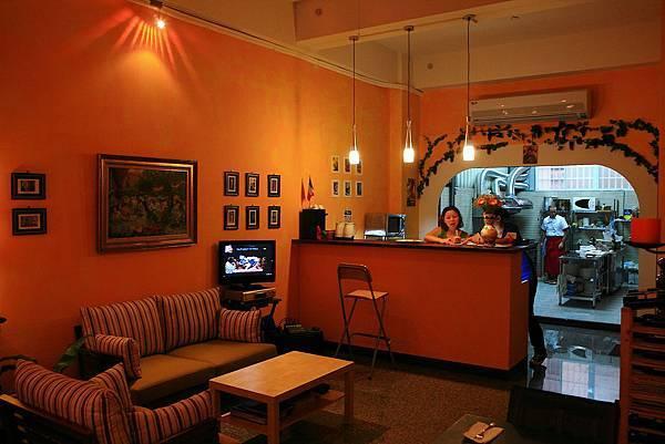 櫃檯前的休息區,有接義大利節目.JPG