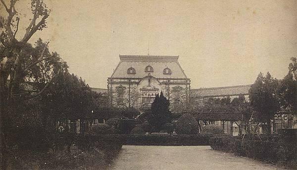 日治時期的台南西市場(菜市場)與附設的中庭花園,在當時偶爾會在這裡舉辦活動或者是物產展覽...