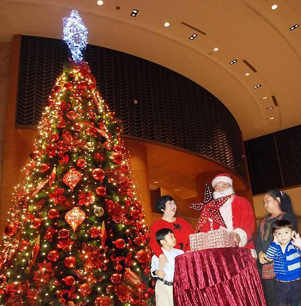 香格里拉台南遠東飯店由聖誕老公公帶領著飯店認養的台南市家扶中心小朋友共同點亮紅色聖誕樹.jpg