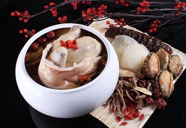 台南晶英酒店「美味晶囍團圓年菜」,八人份團圓養生福袋雞每盅2,880元。