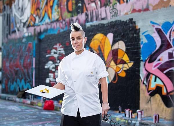 來自澳洲雪梨香格里拉的「龐克甜品女王」安娜主厨以一頭龐克金髮等顯眼的街頭風格著稱,8月1日至10日強勢客座香格里拉台南遠東飯店