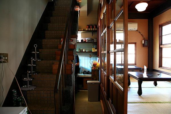二樓,上樓樓梯、廚房及座位.JPG