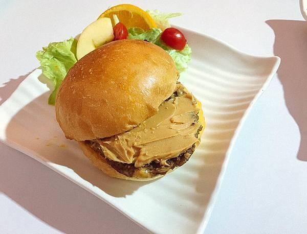 【花生醬牛肉堡】看那抹在肉餅上,滿滿的花生醬~光用看的就流口水了。堡!