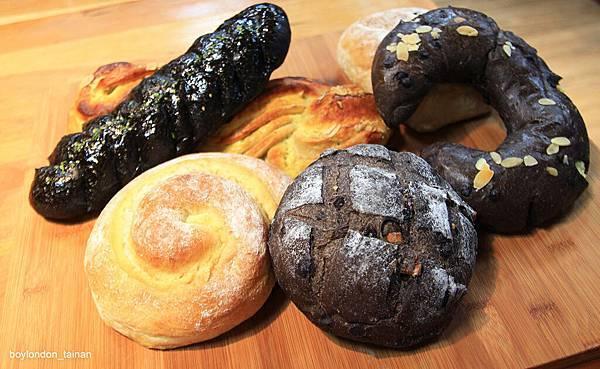 IMG_8948_分享會麵包(墨魚香腸,瑞士巧克力,陽光黑佳麗,紅茶奶酥,水果芝士).JPG