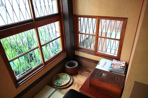 二樓,靠窗一角,雜誌2.JPG