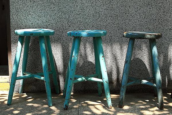 四樓陽台外的三張椅子