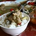 咖哩澆在長米的米飯上特別好吃