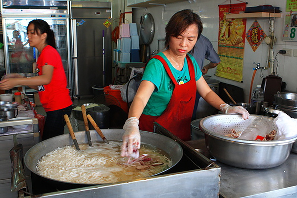 廚房與大鍋裡的小卷米粉