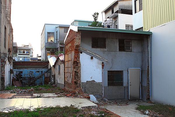 這巷子裡的屋子,拆了很多,剩下的都是斷壁