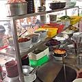 櫃檯上的各式調味料