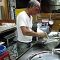 老闆正在削麵入鍋