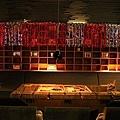 店內座位,瓦楞紙板桌、椅及牆上格子.JPG