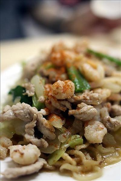 炒意麵的配料是蝦仁、肉絲