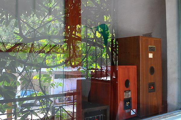 二樓陽台,玻璃對面是忠義路上的停車場