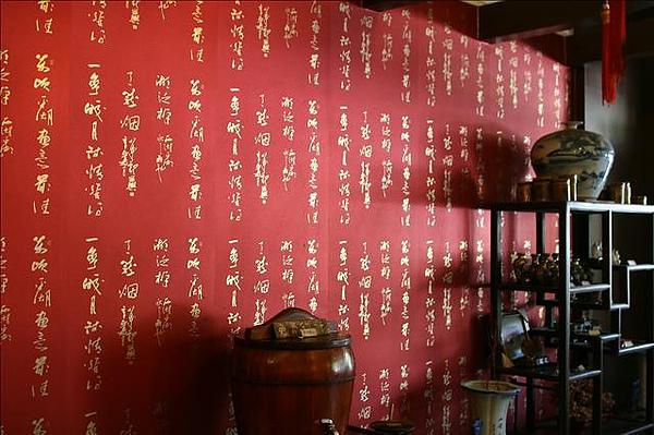 入口處的裝飾品及免費無糖麥茶
