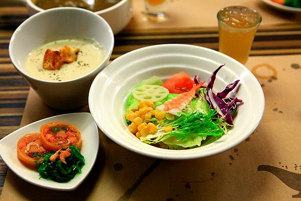 餐,柚香蓮藕沙拉、馬鈴薯奶油濃湯、鮭魚捲.JPG