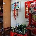 有賣可口可樂及越南方便麵及調味料